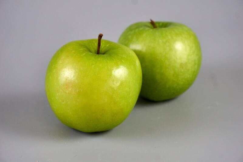Zwei knallgrüne  Granny Smith Äpfel