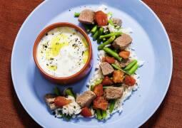 Griechische Reispfanne mit Lamm und Zaziki