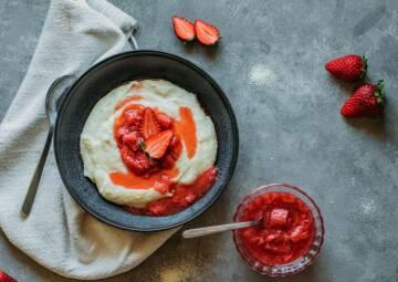 Grießrei mit Erdbeer-Rhabarber-Kompott