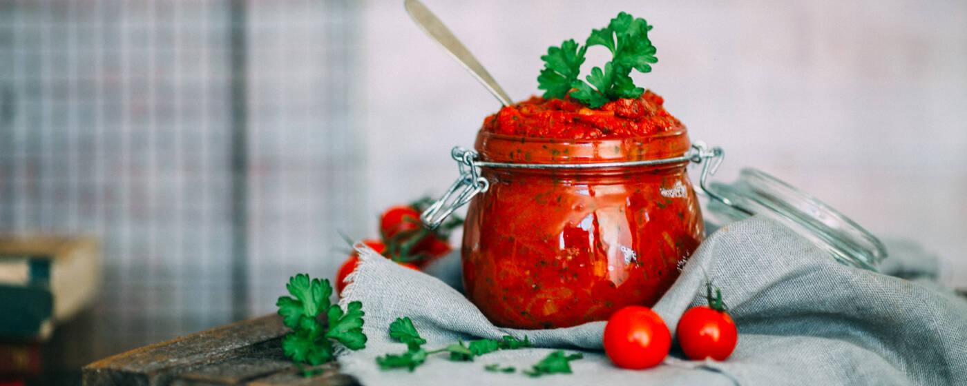 Selbstgemachtes Curry-Ketchup in einem Einmachglas