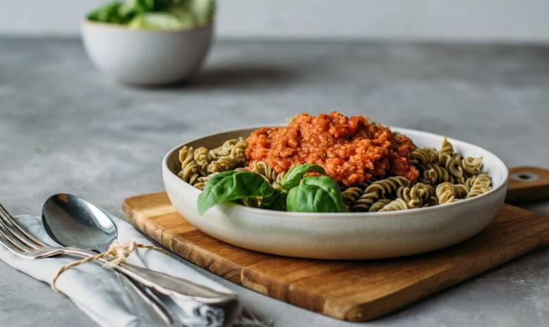 Grünkern-Bolognese mit Linsen-Pasta