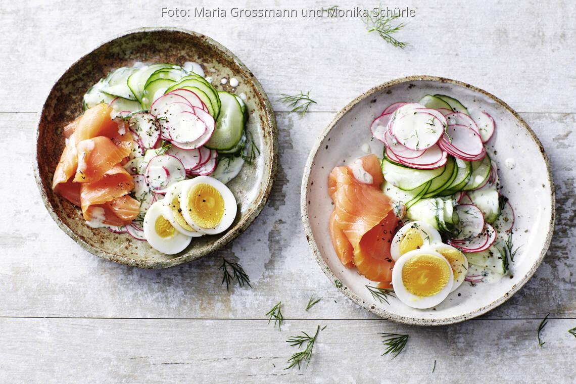 Gurkensalat mit Lachs und Ei