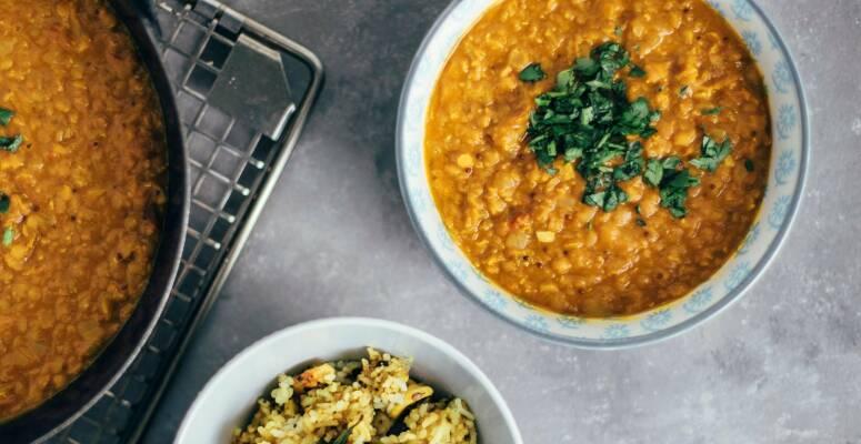 Flexitarisch durch die Woche mit Gorgonzola-Roastbeef-Rolls und Indischem Dal