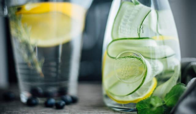 Infused Water Karaffe mit Gurke und Zitrone