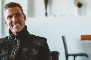 """Im Gespräch mit dem Torwart des FC Augsburg erzählt Andreas Luthe, warum er erst mit rein pflanzlicher Ernährung eine komplette Saison gesund blieb und er sich selbst nicht als """"Veganer"""" bezeichnet."""