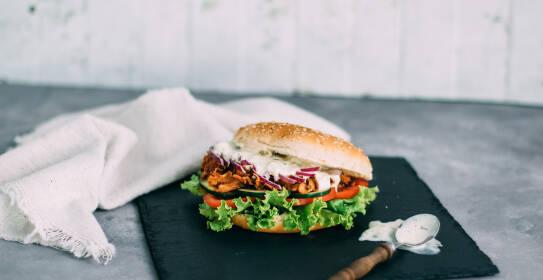 Leckerer Burger mit Pulled-Pork aus Jackfruit