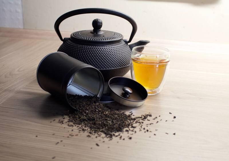 Zwar enthält der Schwarztee wie auch der Kaffee Koffein. Dies wird beim Tee allerdings langsamer frei gesetzt und hält dabei länger an. Die Wirkung ist somit gleichmäßiger und hält dich länger kontinuierlich wach.