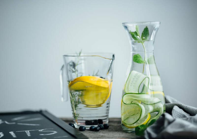 Ausreichend Flüssigkeit zu trinken macht wach und kurbelt den Stoffwechsel an. Wenn du dein Wasser mit Zitrusfrüchten anreicherst, nimmst du zusätzlich energiebringendes Vitamin C zu dir.