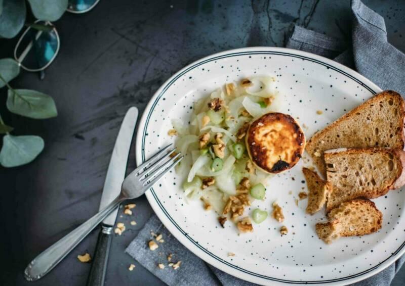 karamellisierter Fenchel mit Ziegenkäse und geröstetem Brot