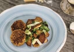 Teller mit Bratkartoffeln, Endiviensalat und Karotten-Nuss-Bratlingen.