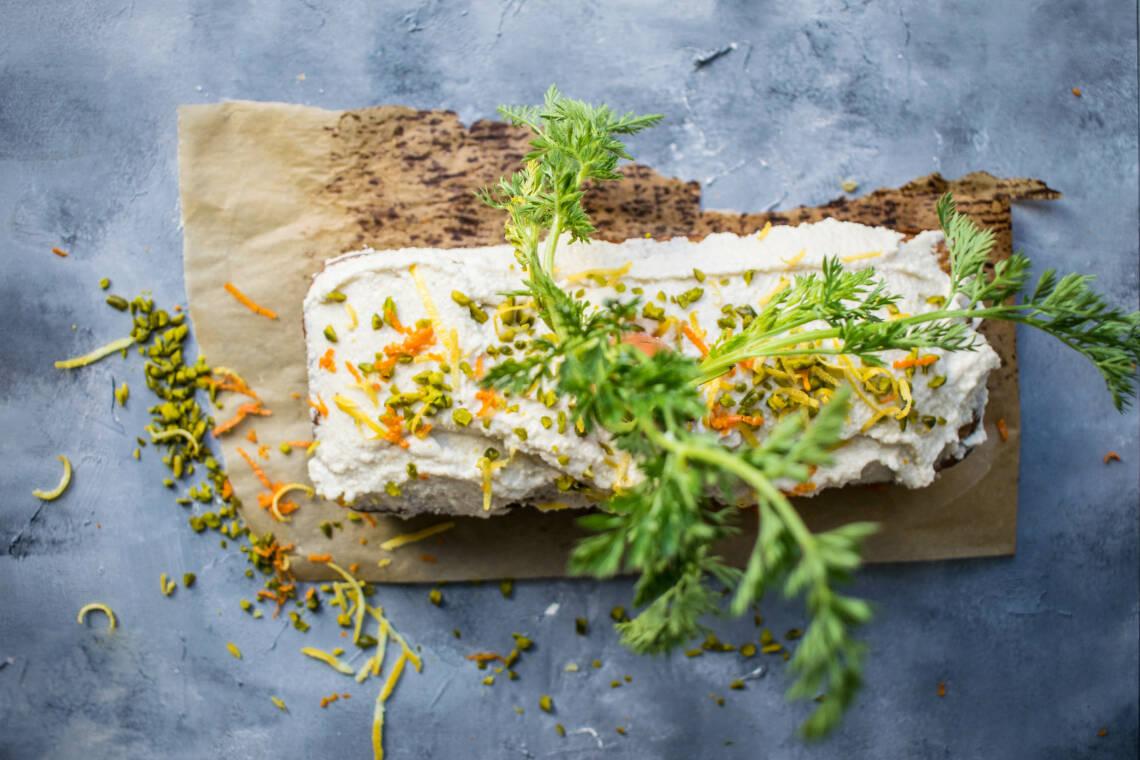 So einfach backst du einen veganen Karottenkuchen