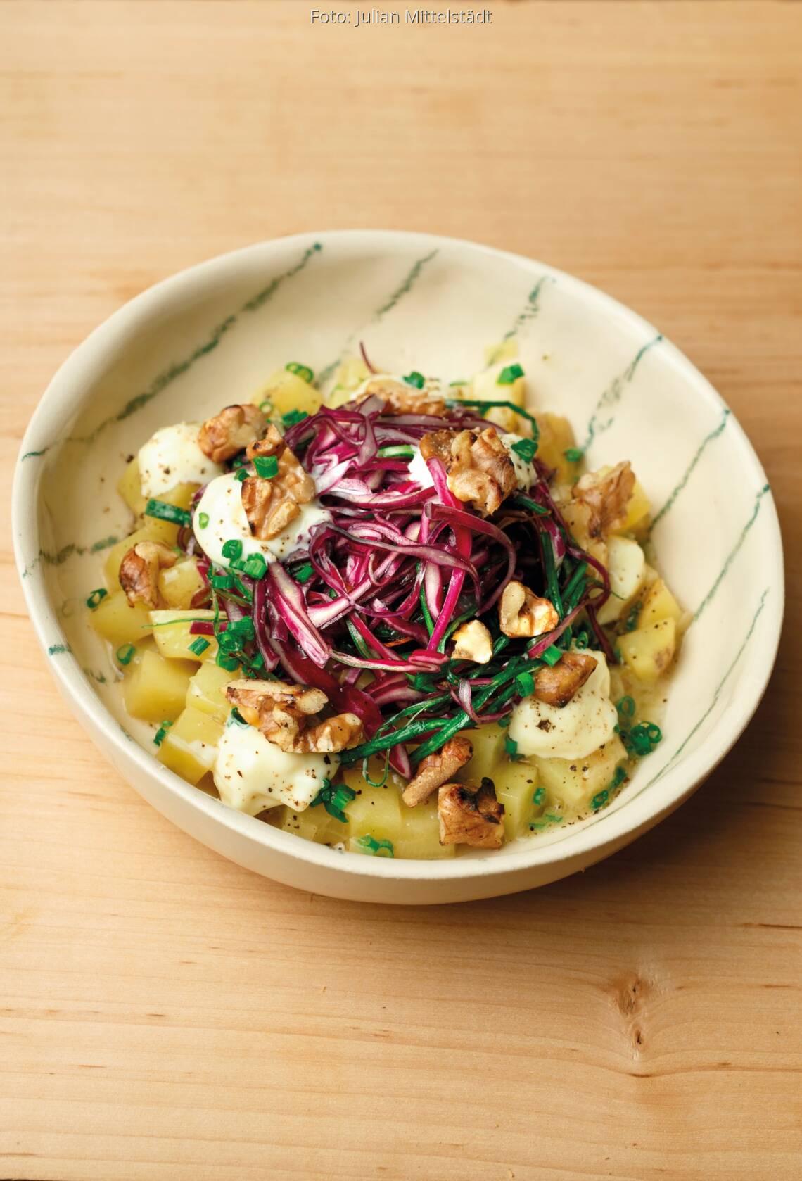Kartoffel-Lauch-Salat mit Blaukraut und Walnüssen