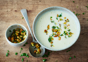 Kartoffel-Suppe mit Knuspermandeln