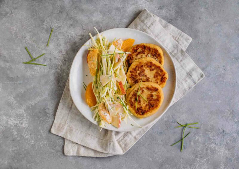 Kartoffelpüree-Pancakes mit fruchtigem Lauchsalat