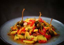 Kartoffelsalat mit Paprika und Kapern auf einem Teller