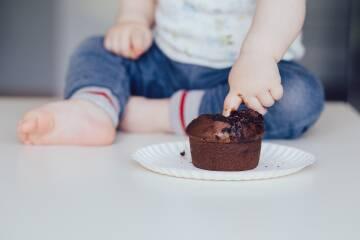 Kind spielt mit Essen
