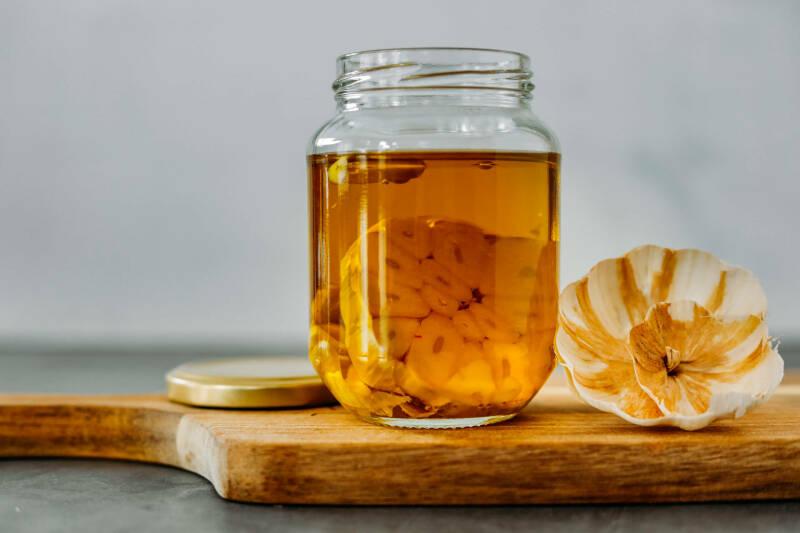 Knoblauchöl selber machen zubereitung schritt 2 knoblauchscheiben in olivenöl ziehen lassen