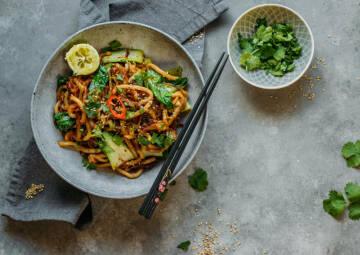 Kochen mit Kokosöl: gebratene Udon-Nudeln mit Gemüse