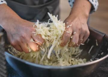 Kohl kneten für selbstgemachtes Sauerkraut