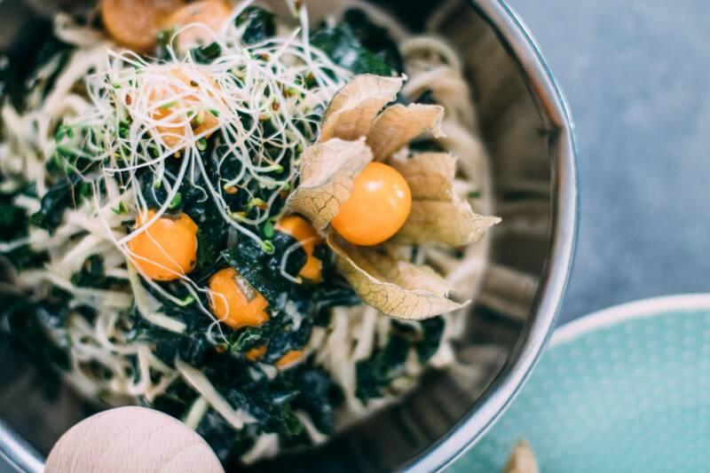 Kohlrabi kann man auch roh genießen, wie bei diesem rohköstlichen Salat mit Algen und Physalis.