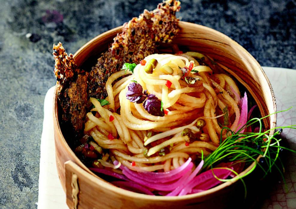 Kohlrabi-Spaghetti mit Sesamkräckern