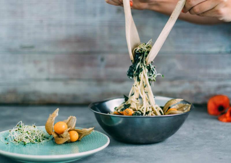 Selbstgemachter Salat aus Kohlrabi-Spaghetti und Algen.