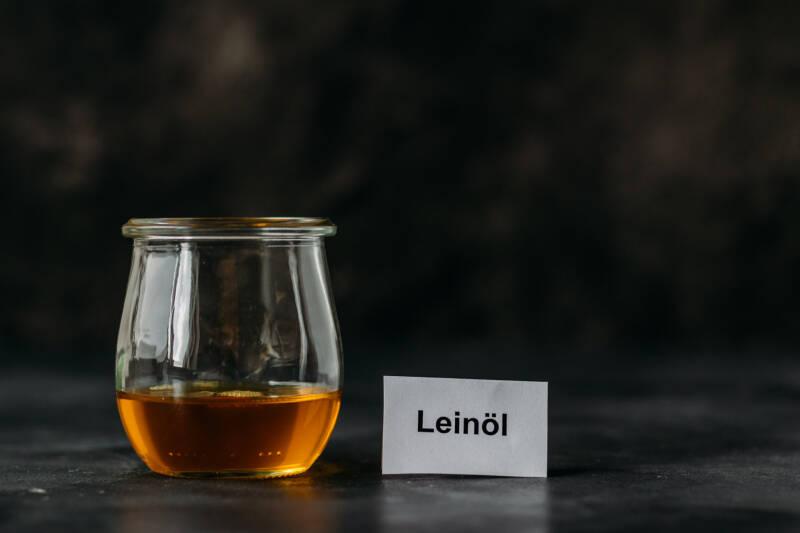 Ein Glas mit Leinöl.