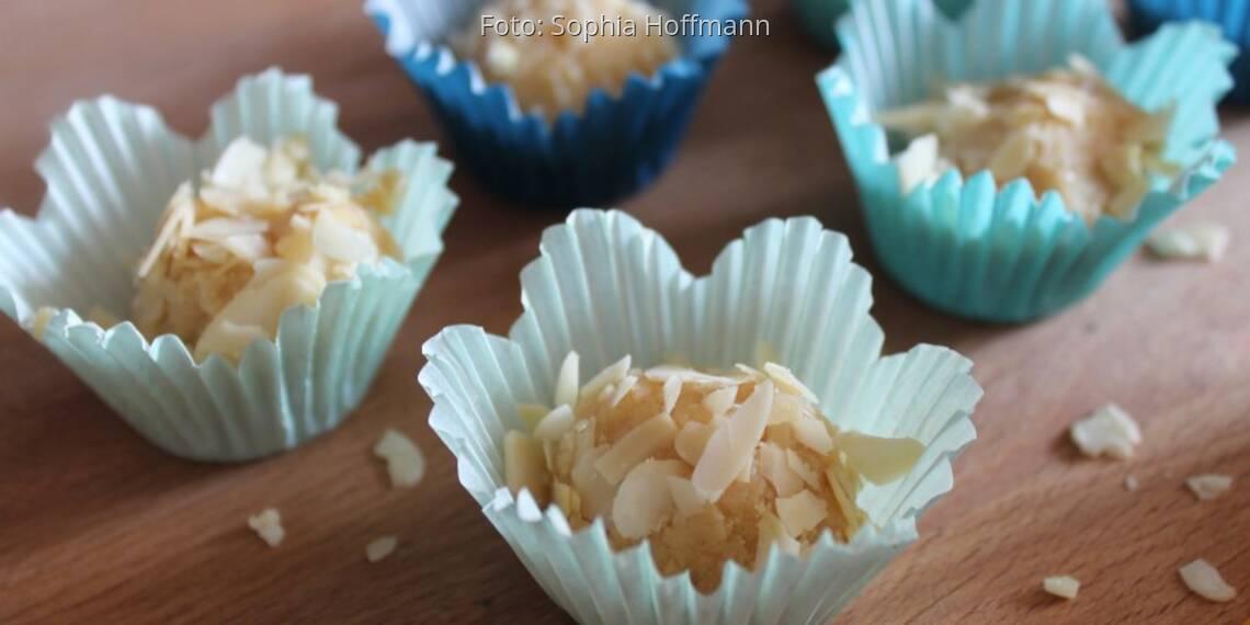 Trüffel-Pralinen aus Zitronenlikör, Limoncello, in Silikonförmchen weiß blau mit Mandelblättchen-Deko