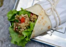 Wrap mit Salat und Linsenfüllung