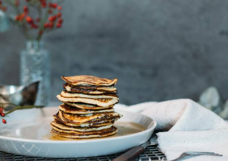 Basierend auf einem Teig aus Bananen, benötigen diese Pancakes keine weiteren Süßungsmittel.