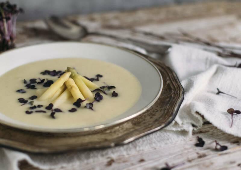 Nicht nur fürs Auge köstlich: Cremige Suppe mit Spargel und Zitronenaroma.