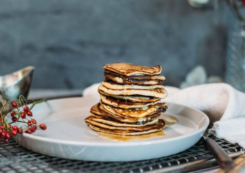 Low Carb Pancakes auf Teller vor dunklem Hintergrund.