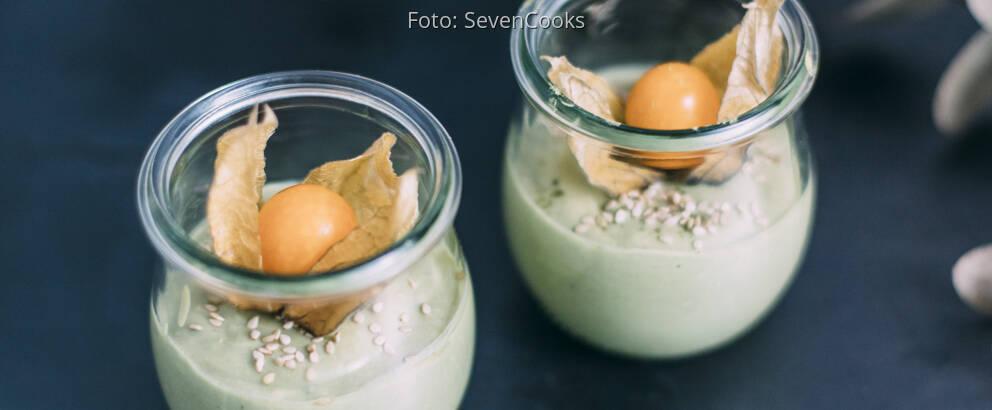 Weckgläschen mit Matcha-Dessert und Physalis