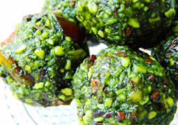 grüne Bällchen mit Matcha