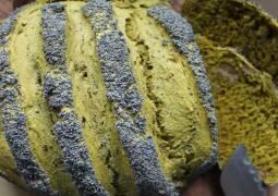 grünes Brot aus Matcha mit Mohn bestreut, aufgeschnitten