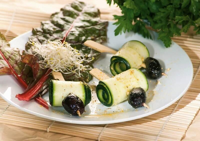 Mediterraner gekräuterter Zucchini-Oliven-Spieß