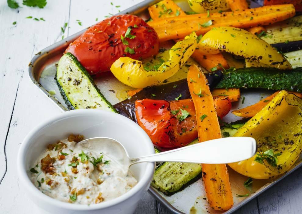 Mediterranes Grillgemüse an Tomaten-Oliven-Quark