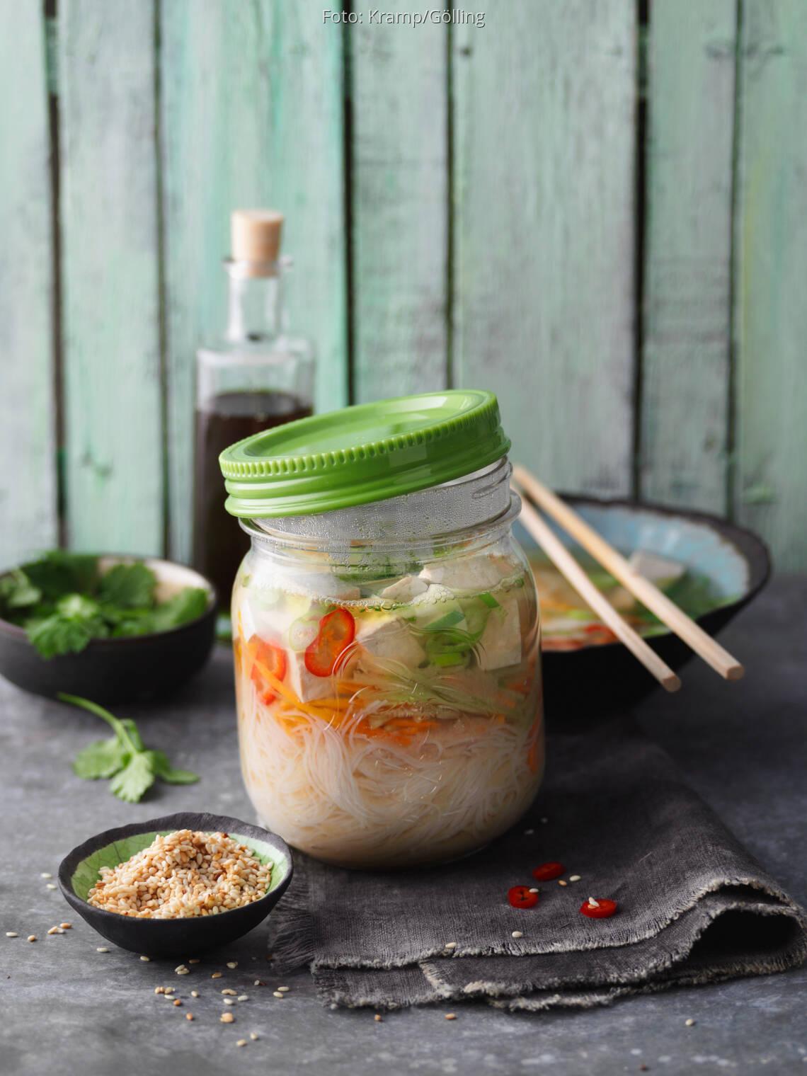 Misosuppe mit Tofu und Sesam im Glas