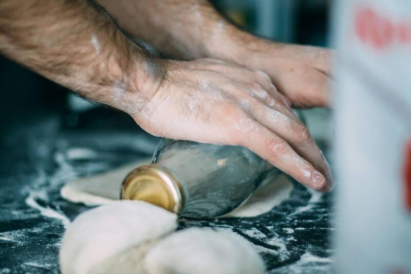 Den fertigen Pastateig kannst du mit einem Nudelholz ausrollen, bis er die benötigte Dicke hat und du ihn weiterverarbeiten kannst.