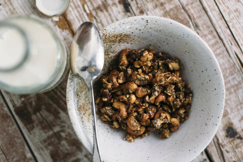 Nuss-Chia-Granola in weißer Schüssel vor hellem Hintergrund.