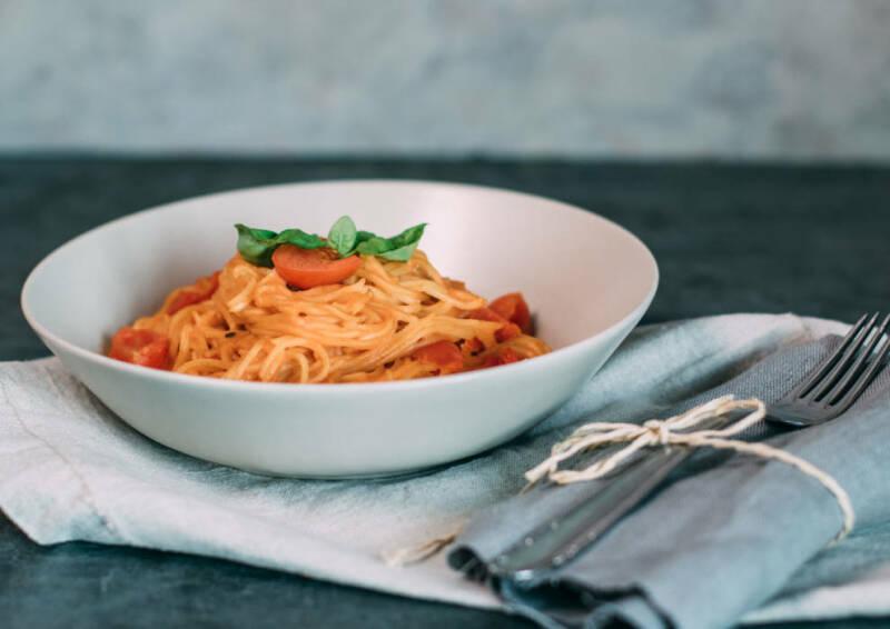 One Pot Pasta mit Kirschtomaten und Basilikum
