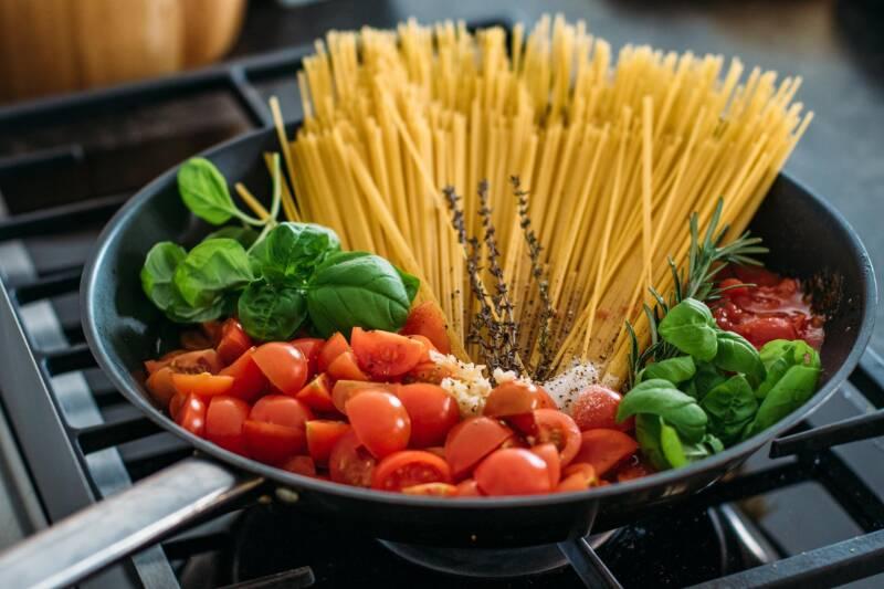 One Pot pasta mit Tomaten und Basilikum