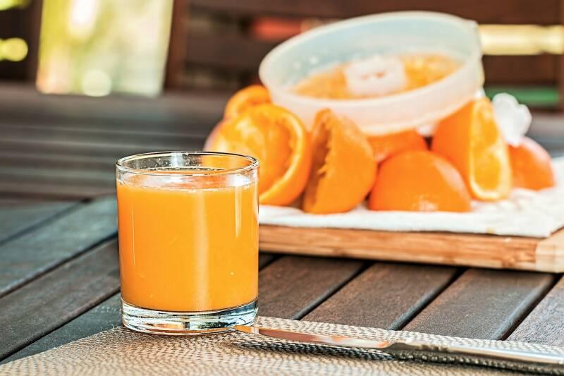 Aufgepasst! Orangensaft enthält fast so viel Zucker wie Cola und ist deswegen beim gesunden Abnehmen nur in Maßen zu genießen.