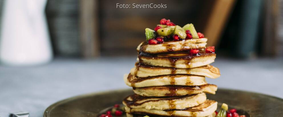 Stapel Pancakes mit Kiwi und Granatapfel