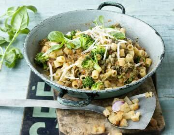 Pasta mit Brokkoli und Knoblauchknusper