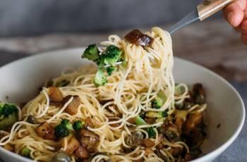 Leckere Pasta mit Brokkoli und karamellisierten Maroni-Stückchen in einer Schüssel.