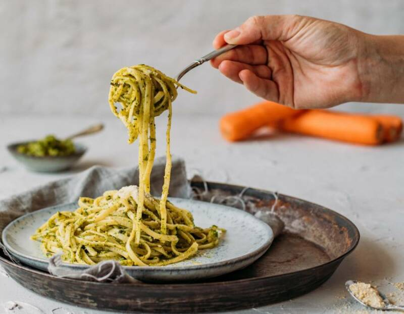 Pasta mit Pesto aus Karottengrün