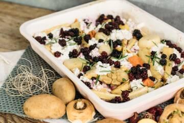Pastinaken-Ofengemüse mit Hüttenkäse und Brombeeren