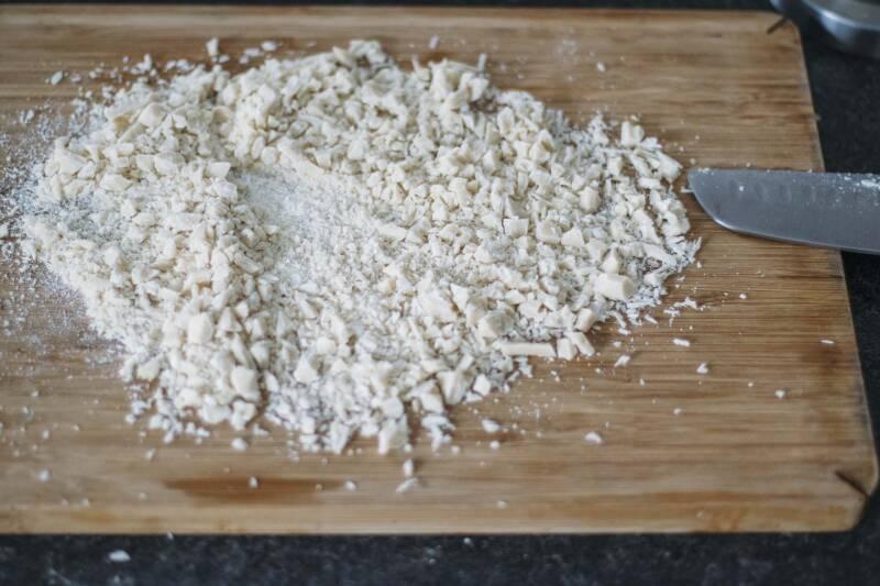 Perfektes Zwiebelmousse: Gehackte weiße Schokolade