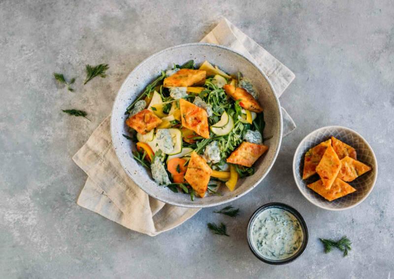 Pfannkuchenrauten auf Salat